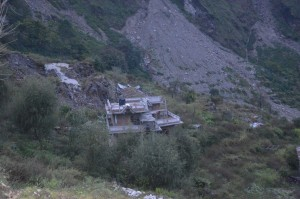Het huis van Sonam Sherpa schoof 15 meter van de berg naar beneden/The house of Sonam Sherpa came down the mountain for 15 meters.